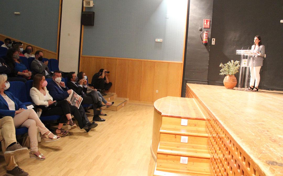 La directora de Radio La Comarca, Alicia Martín, condujo el acto central en la Casa de Cultura. / B. Severino