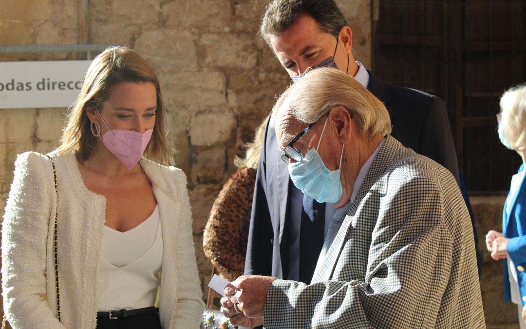 El calandino Miguel Portolés agasajó a Mireia Belmonte con un poema nada más llegar. / B. Severino