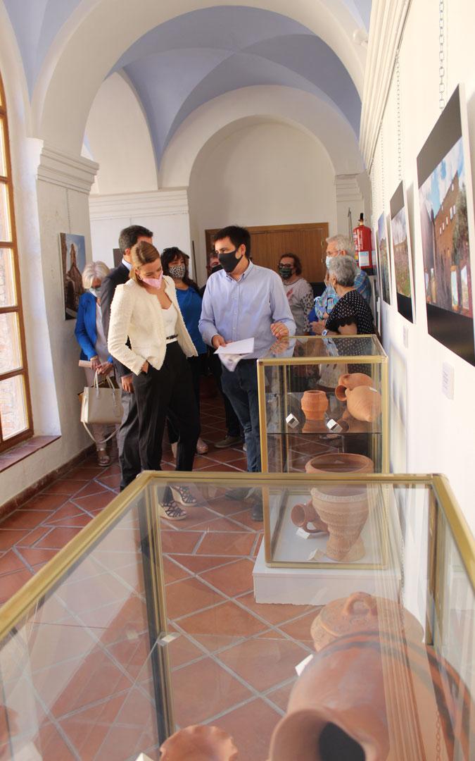 El técnico de Cultura, Francisco Aparicio, guió a Belmonte por la exposición de fotografía en el Claustro de la Casa de Cultura. / B. Severino
