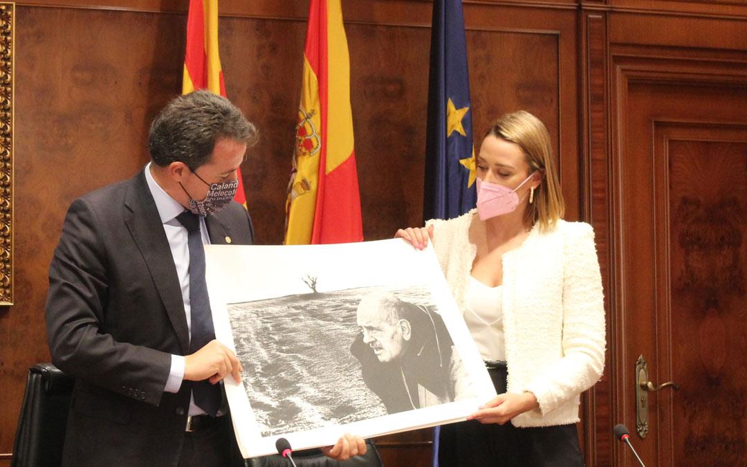 Entrega de una lámina alusiva a Luis Buñuel. / B. Severino