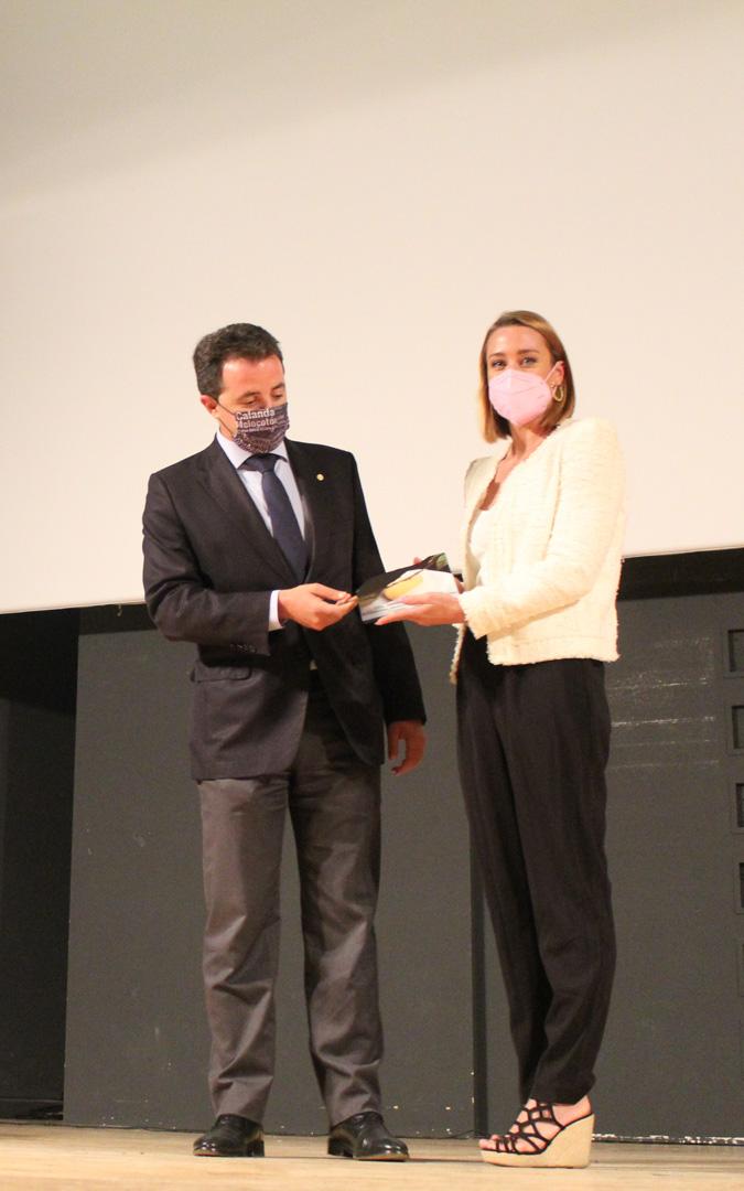 El alcalde, Alberto Herrero, entrega a Mireia Belmonte el II Galardón Melocotón Embolsado de Oro. / B. Severino