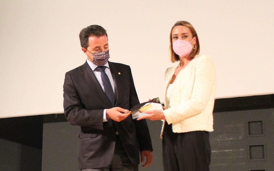 Calanda distingue a Mireia Belmonte con el II Galardón Melocotón Embolsado de Oro