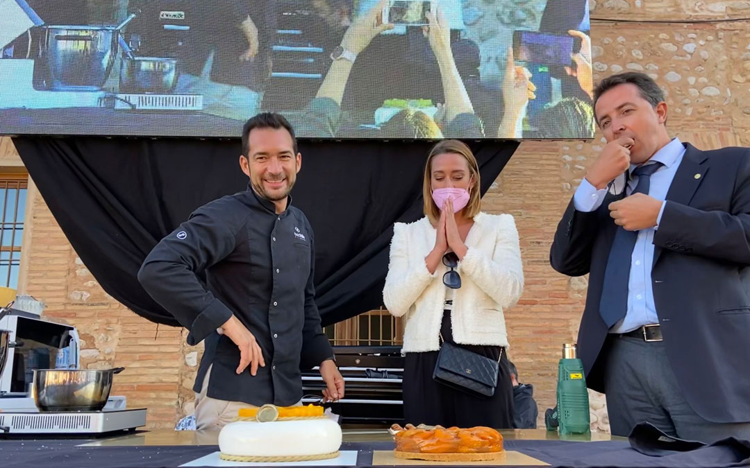 Belmonte y Herrero, degustando la receta del maestro chocolatero David Pallás. / Alicia Martín