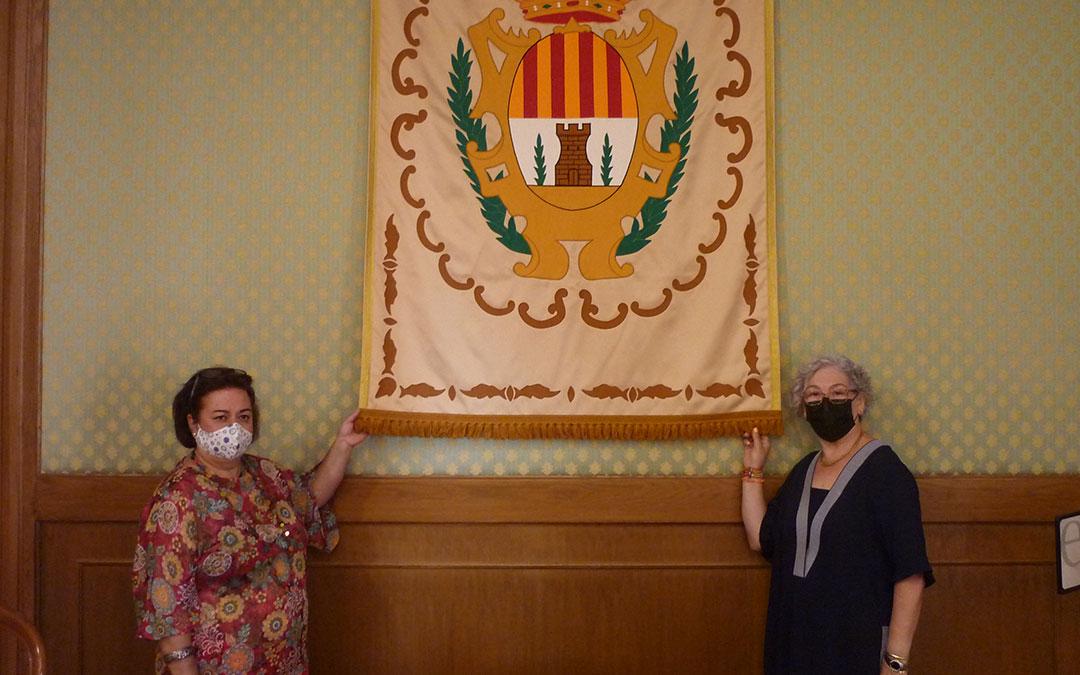 Carmen Centelles y Concha Bernal con uno de los tres reposteros que confeccionaron voluntariamente para el consistorio de Alcañiz / Emma Falcón