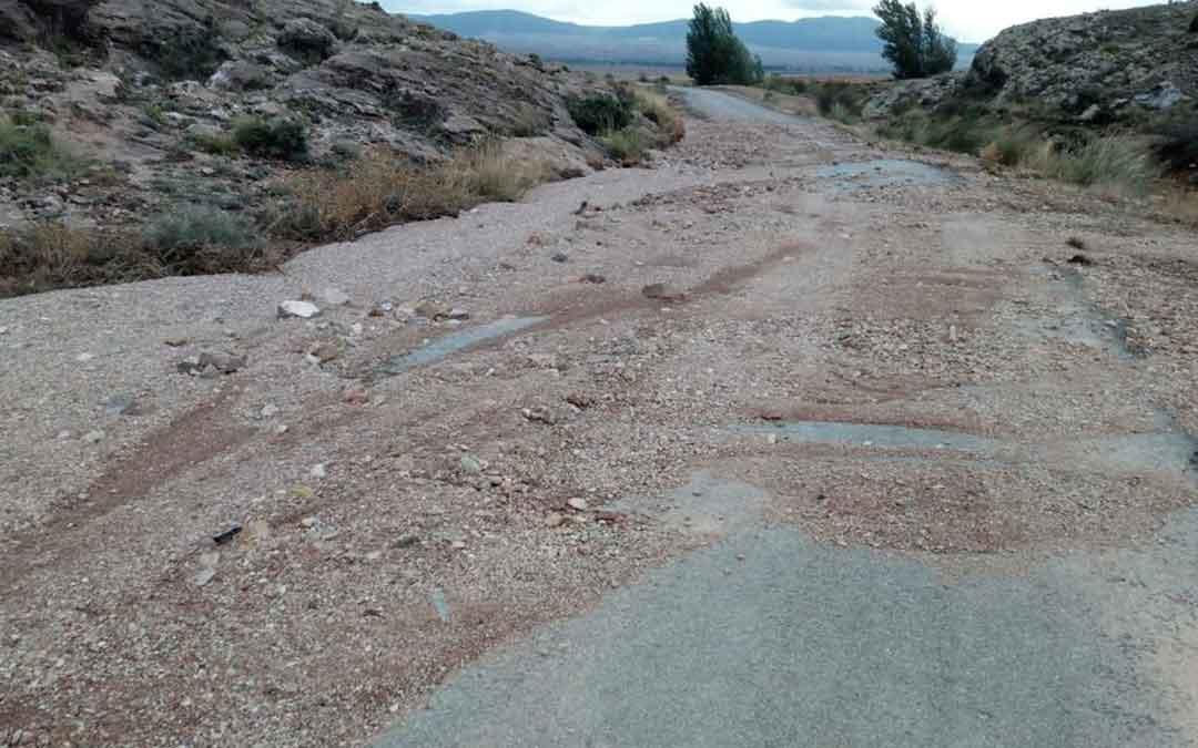 Aspecto que ofrecía la carretera de acceso a Almohaja antes de su limpieza. Foto. Servicio de Vías y Obras DPT