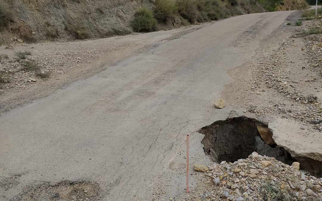 Agujero formado en la carretera a dos km de Ladruñán./D. Espada