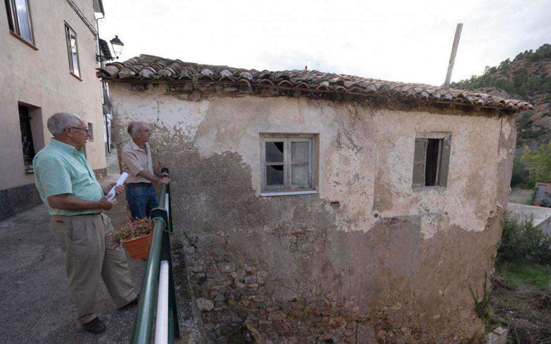 El alcalde de Tramacastiel, Sebastián Alegre, en primer término, junto a la casa que se rehabilitará./ Antonio Garcia/Bykofoto-Heraldo