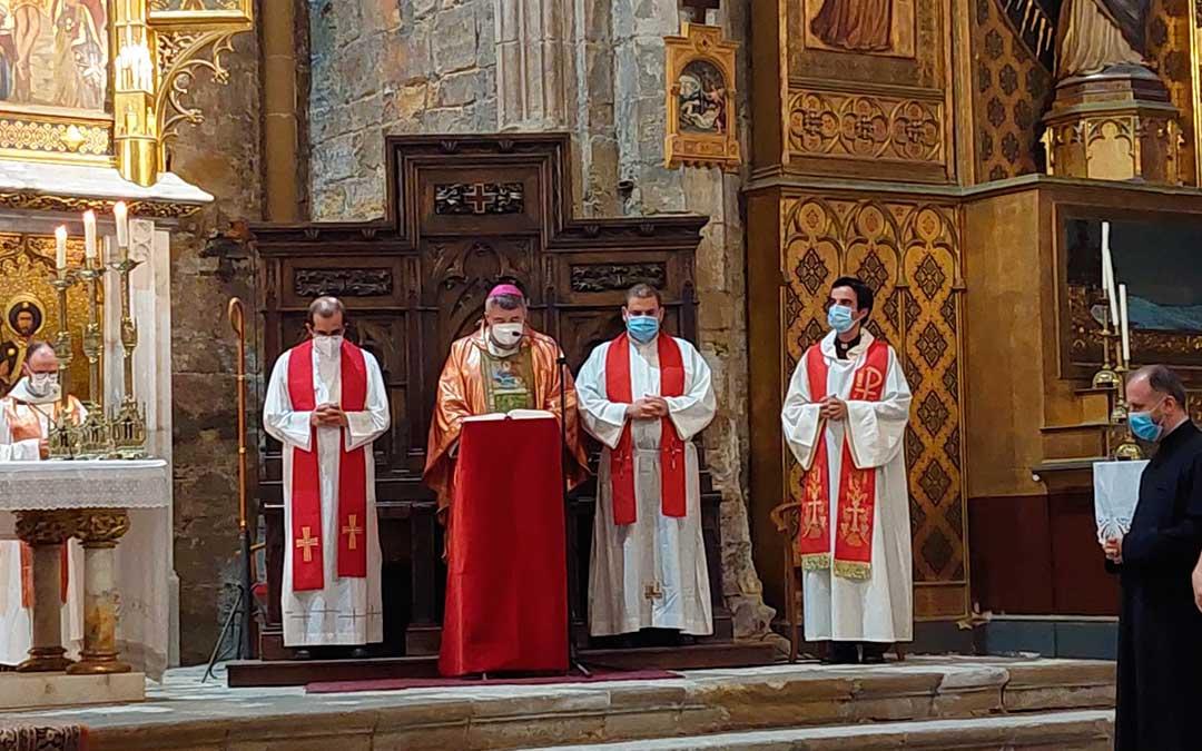Monseñor Carlos Escribano, arzobispo de Zaragoza, ha concelebrado y oficiado la solemne misa. Javier de Luna.