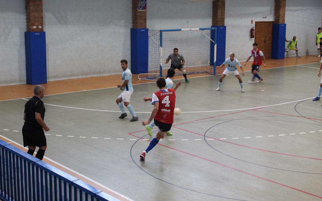 Una de las primeras jugadas del Almonacid ante el Industrias Bial Caspe que no terminó en gol. / B. Severino