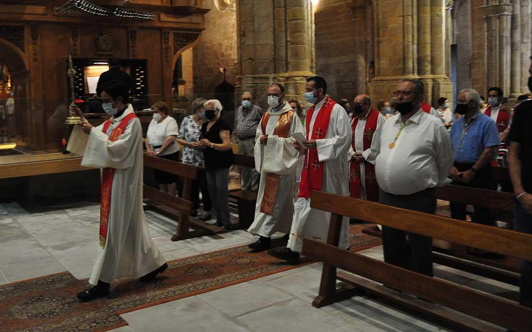 La eucaristía ha comenzado con la Vera Cruz portada por todos los sacerdotes que han concelebrado la misa. J.L.