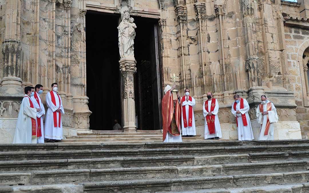 El arzobispo de Zaragoza, Monseñor Carlos Escribano, ha mostrado la Vera Cruz ante la monumental portada de la colegiata de Caspe. Javier de Luna.