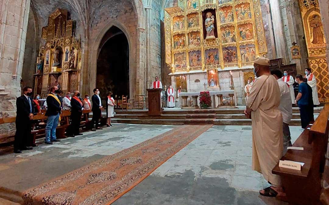 Además de la corporación municipal y alcaldes del resto del arciprestazgo, la ceremonia ha contado con representantes de todas las comunidades religiosas de Caspe. J.L.