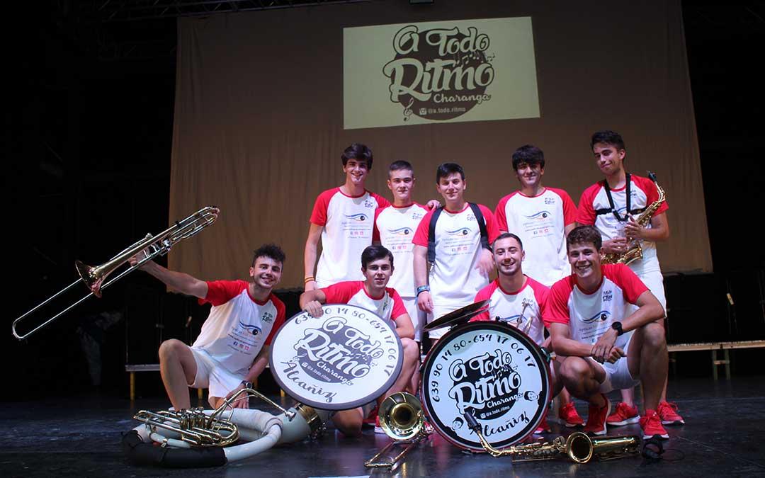Foto de familia de los integrantes de la charanga A Todo Ritmo que actuó el domingo por la tarde con gran éxito en el anfiteatro Pui Pinos / L. Castel