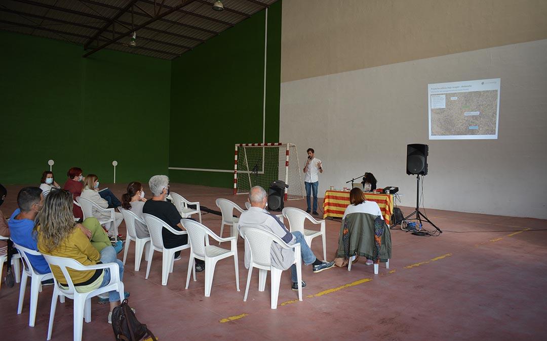 Charla informativa celebrada este jueves en Valjunquera por parte de Capital Energy./I.M.
