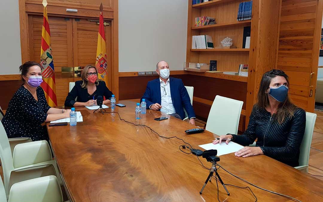 En la reunión han estado presentes la consejera de Presidencia y Relaciones Institucionales, Mayte Pérez, junto al director general de Administración Local, José Ramón Ibáñez, y la directora del Instituto Aragonés de la Mujer, María Goikoetxea / DGA