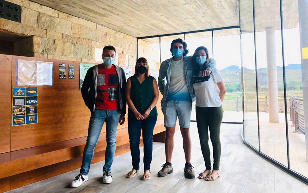 Santiago Rodríguez, alcalde de Gea de Albarracín; la diputada Susana Traver; Íñigo Marqués; y la técnico de la oficina de turismo, Tamara Villa./ DPT