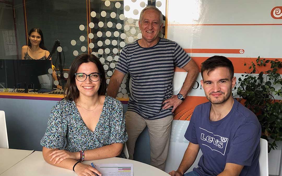 Iulia Marinescu, Alicia Martín, Javier Vílchez y Eduard Peralta en el estudio de Radio La Comarca ultimando los detalles de la programación de Radio Circuito, que emite tanto sábado como domingo desde Motorland Aragón. / A.E.