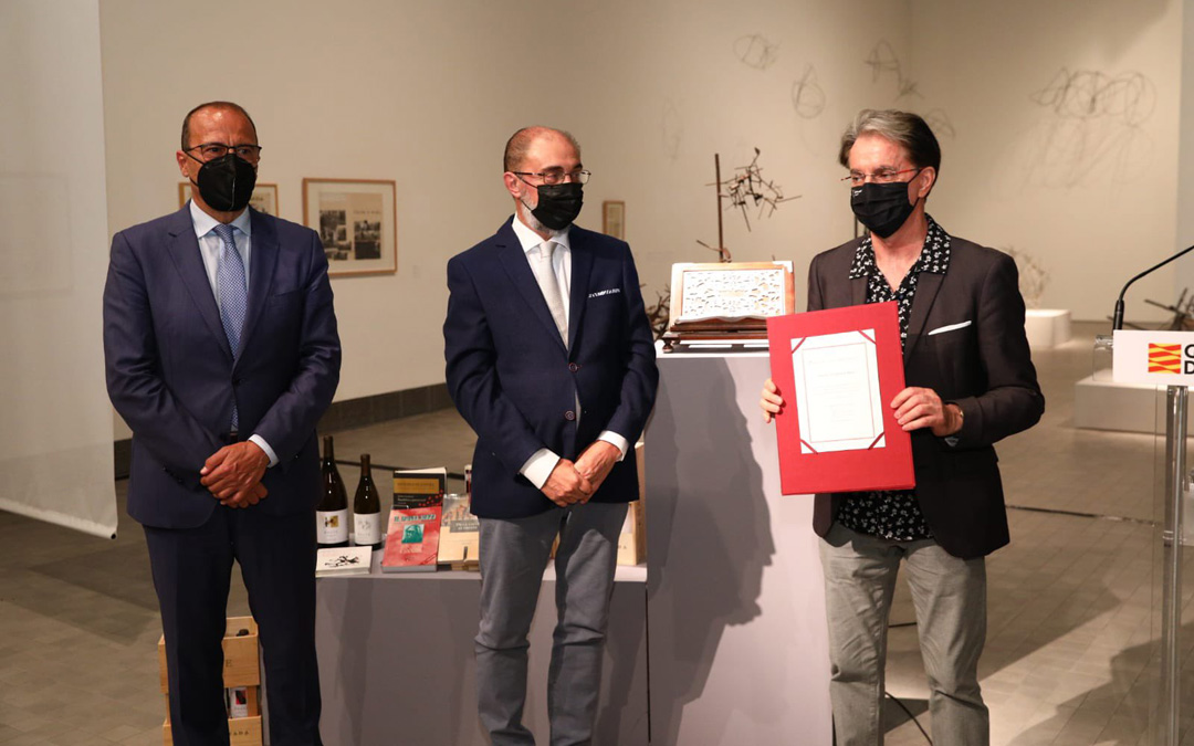 El consejero de Educación, Felipe Faci, y el presidente de Aragón, Javier Lambán, con Julián Casanova y el Premio de las Letras Aragonesas 2020. / DGA
