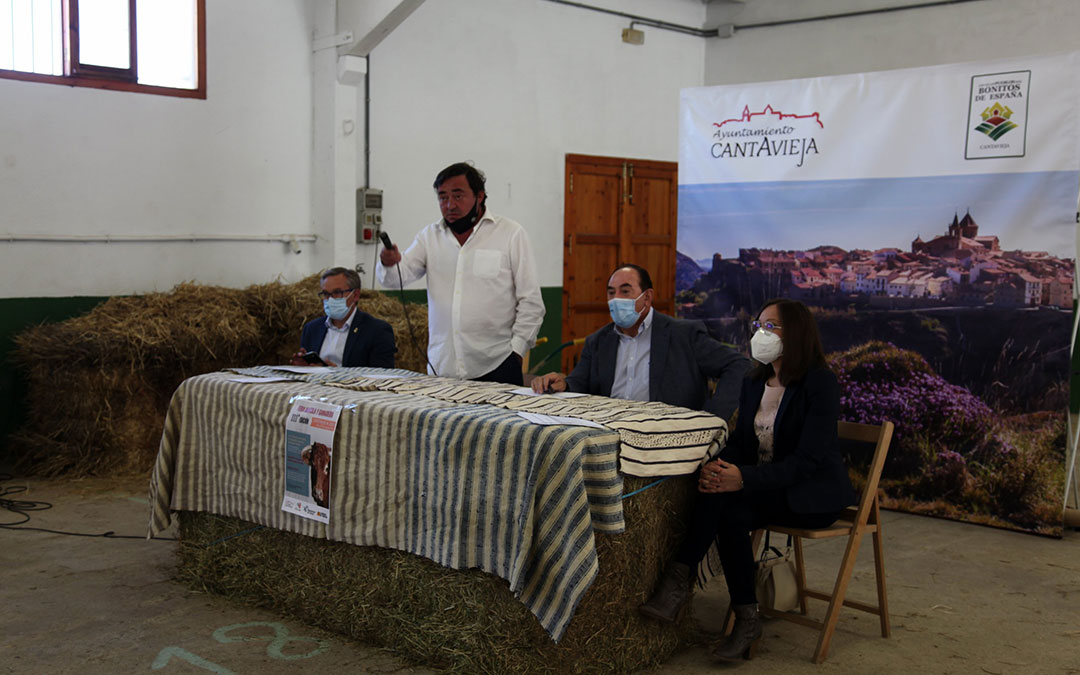 Instante de la subasta nacional de ganado vacuno este fin de semana, que llega a su 27ª edición dentro de la Feria de Cantavieja./ Ayto. Cantavieja