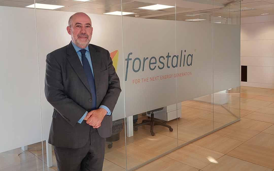 El director general de Forestalia, en el despacho que la compañía tiene en la plaza de España de Zaragoza. J.L.