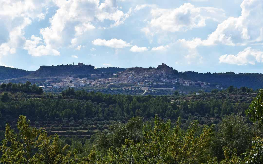 Imagen de La Fresneda, tomada desde Torre del Compte y en la cual se divisarían varios aerogeneradores de los parques Céfiro y Argestes.