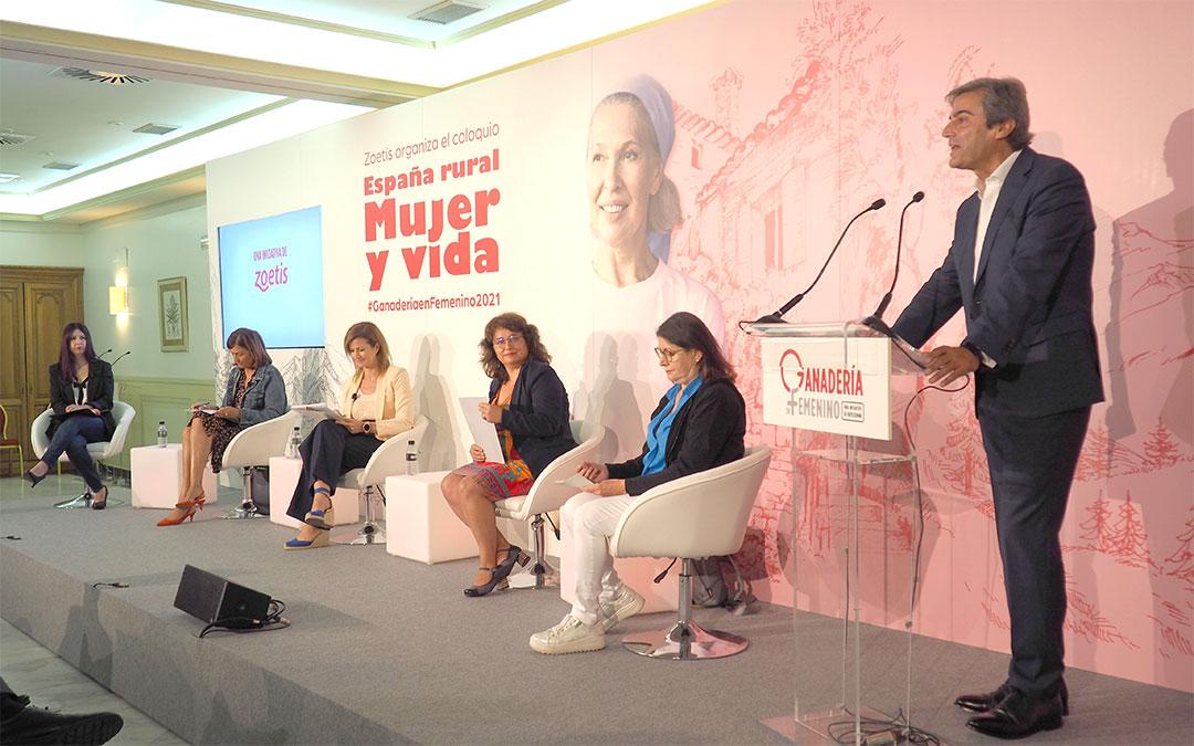 El coloquio 'España rural, mujer y vida' ha estado moderado por la directora del Grupo de Comunicación La COMARCA, Eva Defior (en el centro de la imagen)./ Aga Comunicación