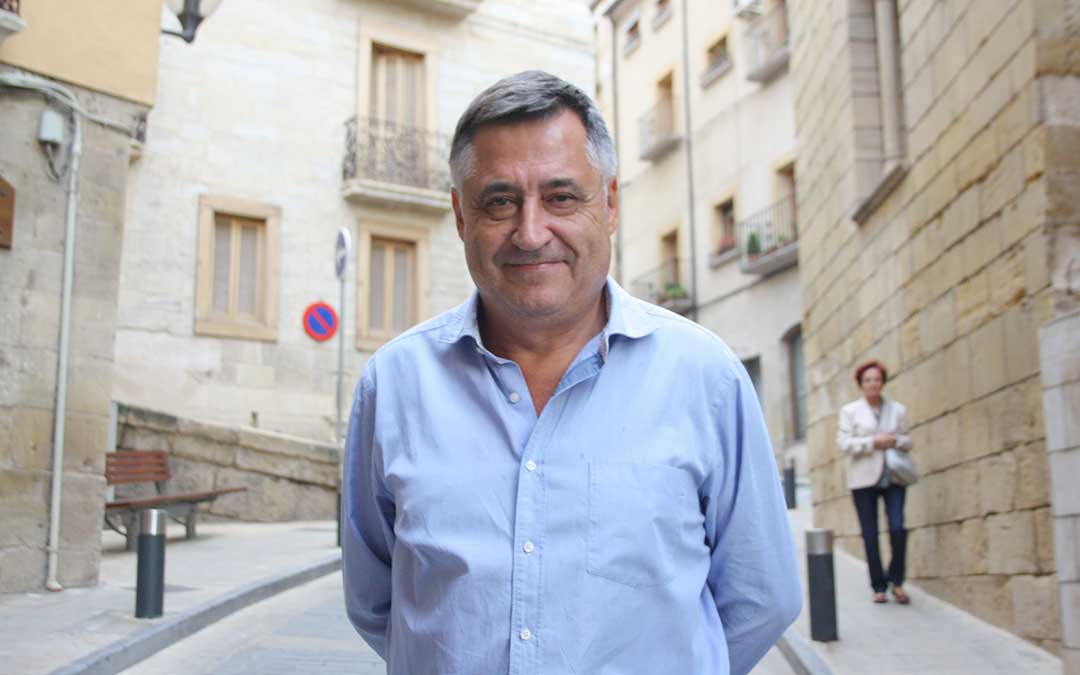 El fotoperiodista Gervasio Sánchez en la calle Mayor de Alcañiz / La Comarca