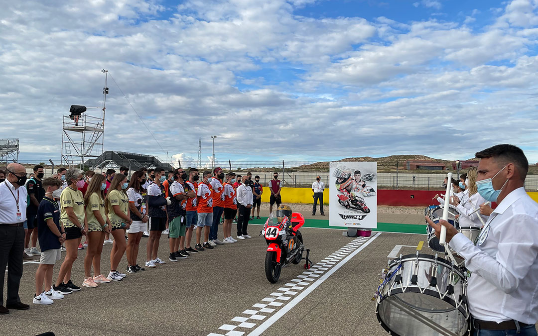 Homenaje al joven piloto Hugo Millán en el que han participado familiares, pilotos y un grupo de tambores de Alcañiz / M. Celiméndiz