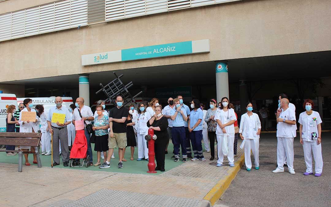 Concentración de sanitarios y ciudadanos a las puertas del Hospital este miércoles / L. Castel
