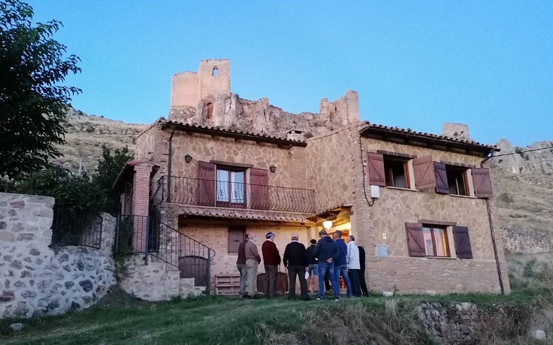 Los Auroreros de Huesa del Común frente al lugar donde se alojó este fin de semana Víctor del Árbol./ Asoc. Castillo de Peñaflor