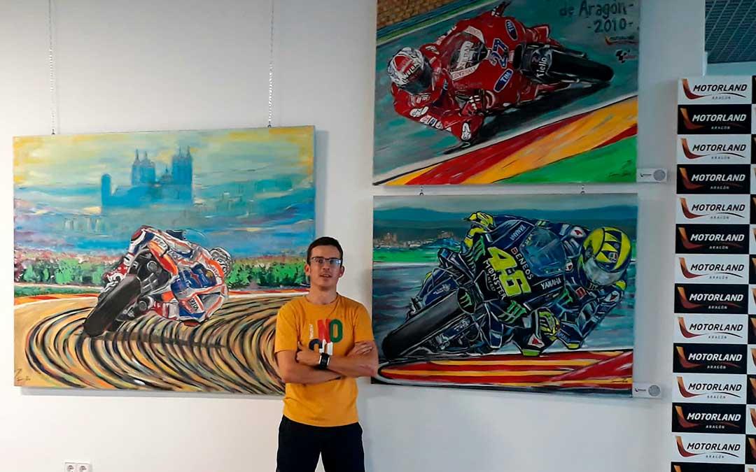Ignacio Pérez con algunos de sus cuadros en la sala de prensa de Motorland / I.P.