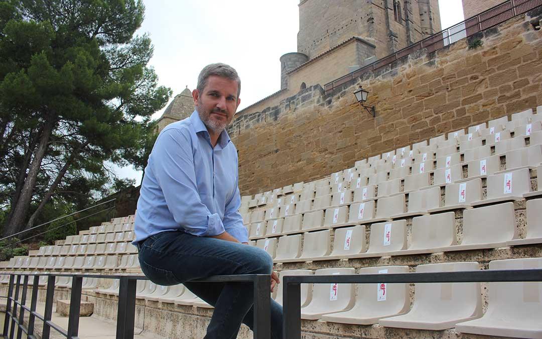 El alcalde de Alcañiz, hace unos días, en el anfiteatro, epicentro de las actividades de la ciudad este verano y en las «no fiestas» / Laura Castel