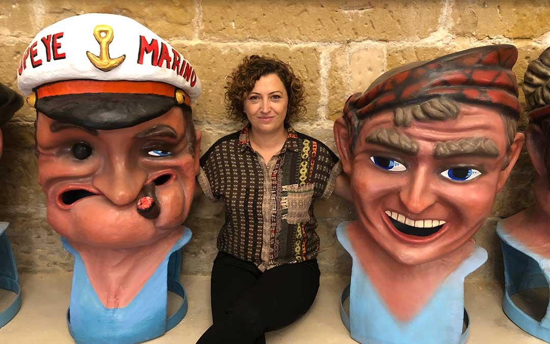 La concejal de Festejos, Irene Quintana, con dos de los cabezudos de la comparsa / L. Castel
