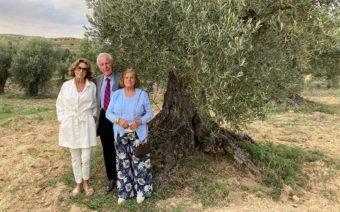 Lady y Lord Brennan conocen junto a Nati Cañada el proyecto de Apadrina un olivo
