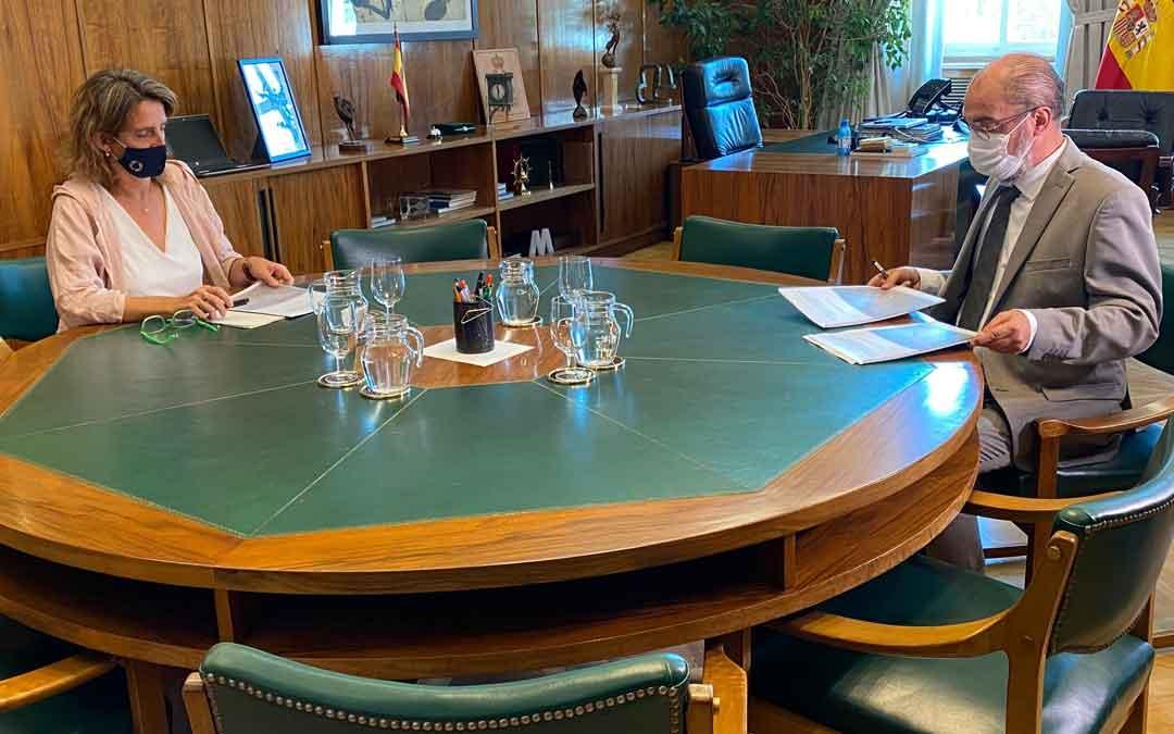El presidente de Aragón, Javier Lambán, reunido con la ministra de transición ecológica, Teresa Ribera. Foto. DGA