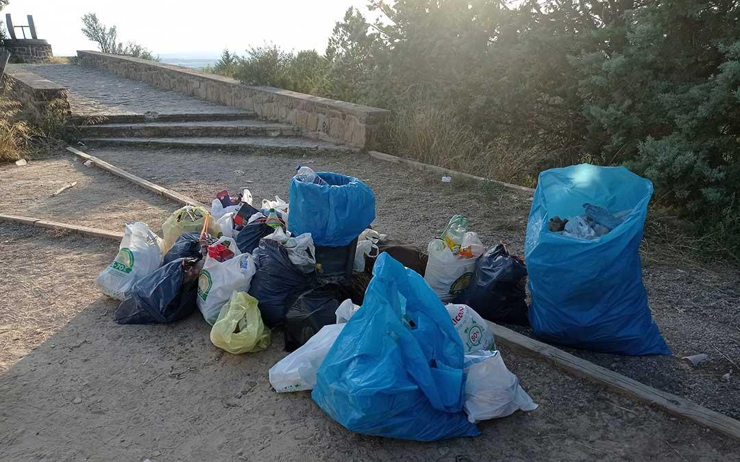 Basura que recogieron cuatro jóvenes de Alcañiz con la ayuda de Beatriz Altaba el domingo en el cabezo / B. A.
