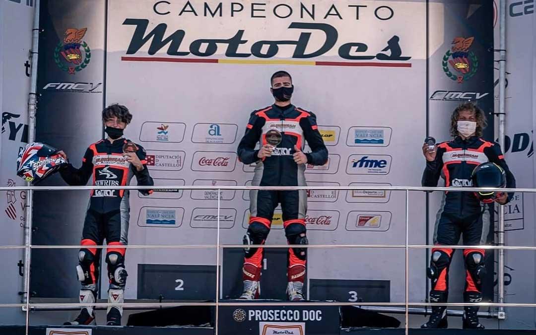 El alcañizano en lo más alto del podio en el circuito de Cheste. Foto. J.L.