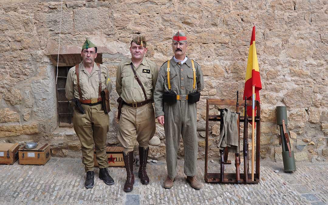 Se han exhibido distintas réplicas de armas utilizadas durante la contienda. J.L.