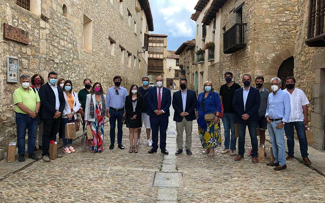 Foto de familia de los alcaldes y concejales participantes en la asamblea de los Pueblos Más Bonitos de España. L.C.
