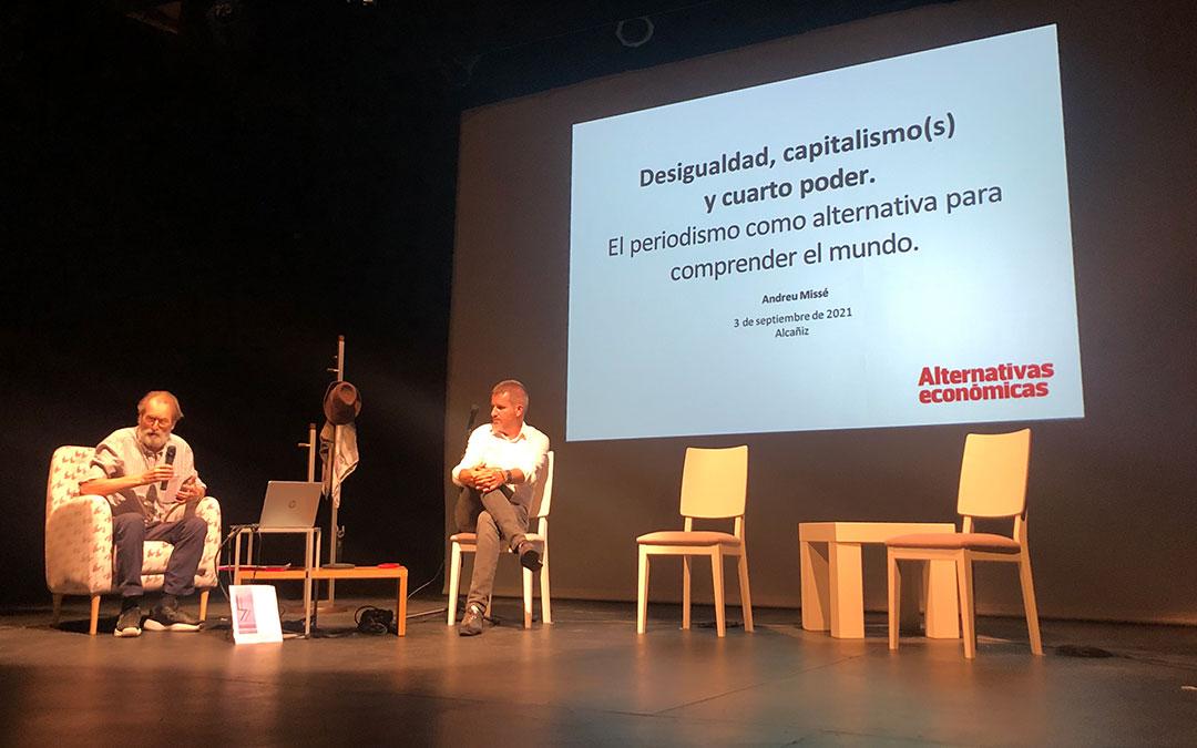 Andreu Missé, socio y director de la revista Alternativas Económicas; junto con el alcalde de Alcañiz, moderador de la charla / L. Castel