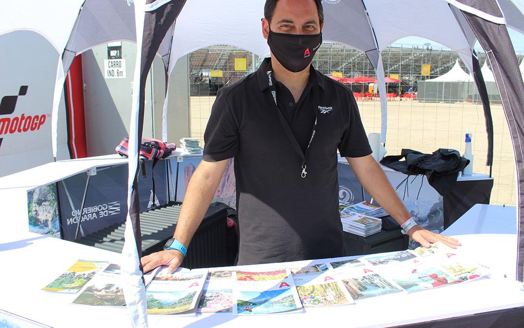 En la zona comercial, entre las gradas 1 y 6, Víctor Celma despachaba folletos e información de Turismo Aragón. / B. Severino