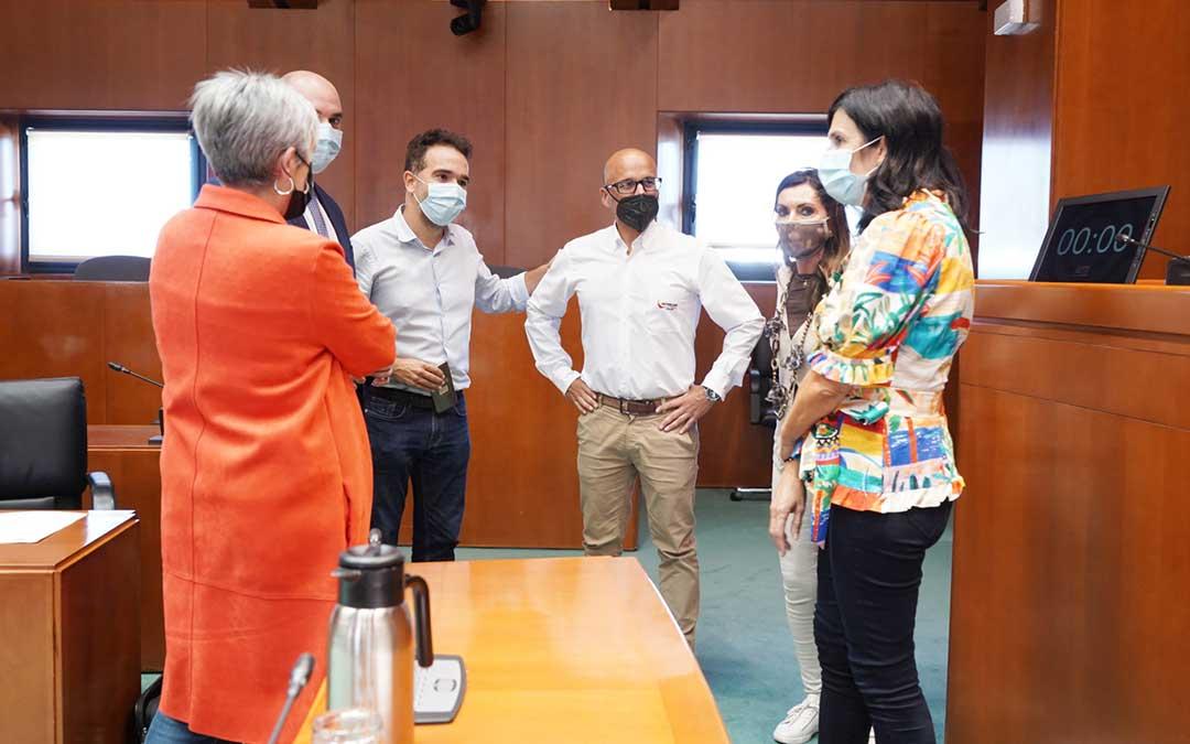 El gerente de Motorland, Santiago Abad, este jueves con los diputados de PAR, PP y Podemos a su derecha, y de VOX y CHA a su izda / Cortes de Aragón