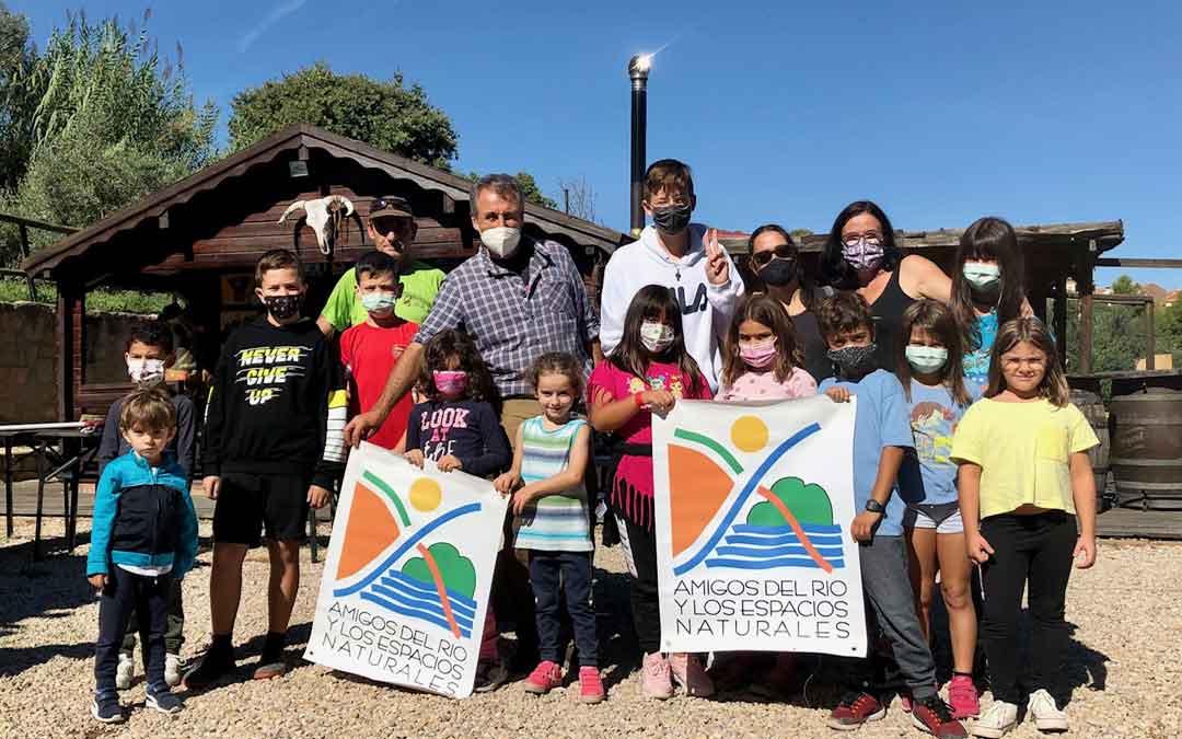 Grupo de niños participantes en la jornada de anillamiento de aves celebrada en Alcañiz. Foto. J.E.