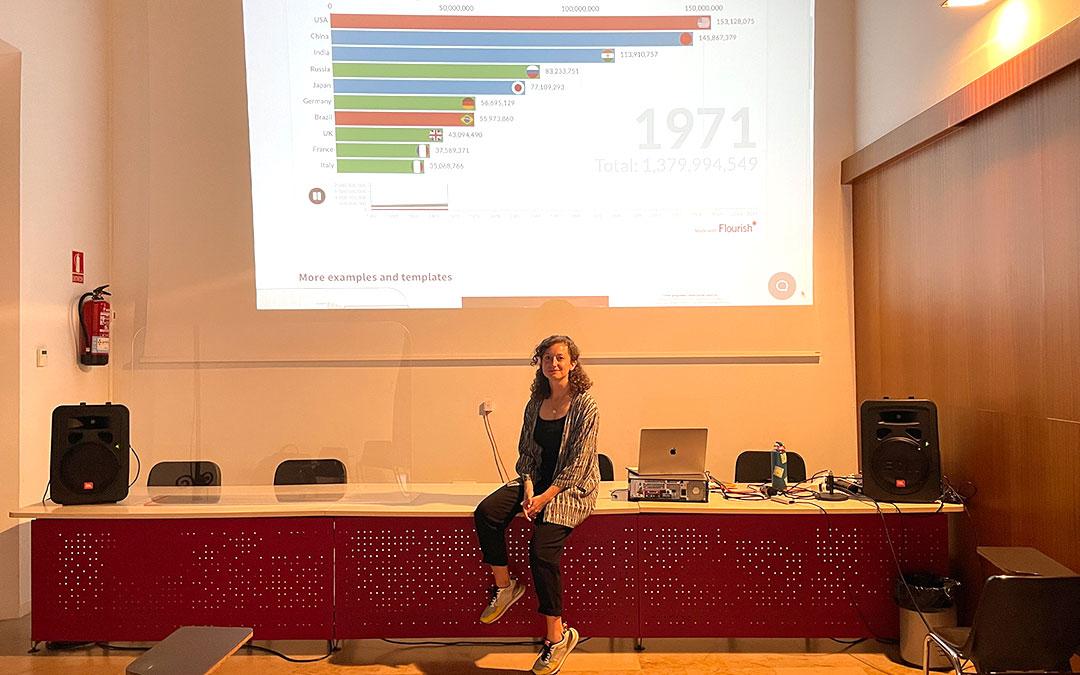 Paula Montañá, teaching fellow de Google News Lab, impartiendo el taller de datos en el Curso de Periodismo Alcañiz./ M. Celiméndiz