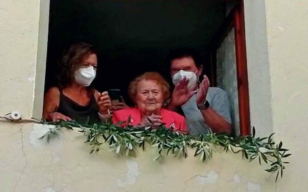 Alicia Esteve saludó desde el balcón de su casa a todos los que quisieron felicitarla por su 100 cumpleaños.