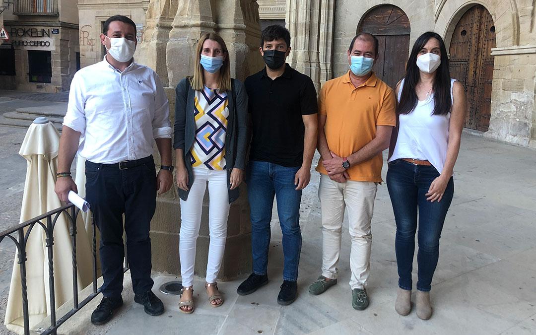 Los cinco concejales del PP de Alcañiz, este miércoles en rueda de prensa / L. Castel
