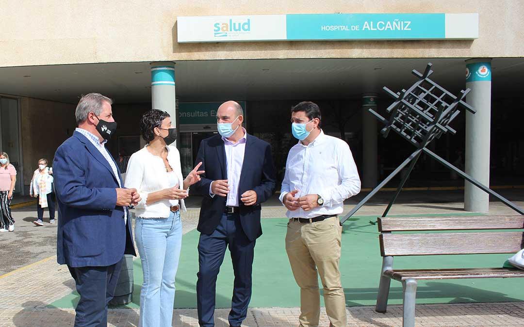 Los diputados del PP por Teruel Jesús Fuertes, Ana Marín y Juan Carlos Gracia Suso este jueves en el Hospital de Alcañiz junto con el concejal alcañizano Miguel Ángel Estevan / L. Castel