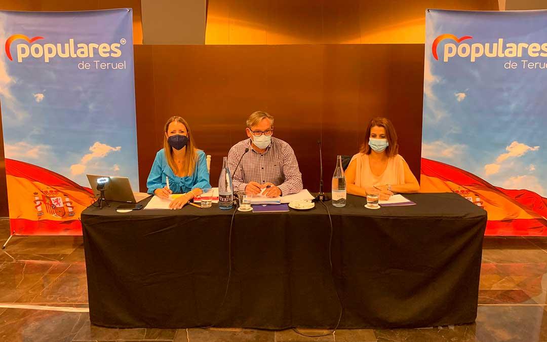 El líder de los populares turolenses, Joaquín Juste, junto a Yolanda Sevilla y Emma Buj / PP