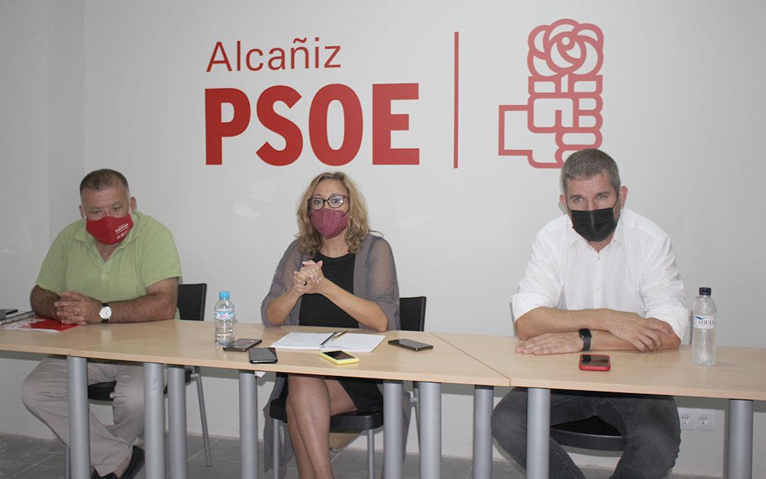 La secretaria general del PSOE de Teruel, Mayte Pérez; junto al diputado nacional por Teruel, Herminio Sancho; y el alcalde de Alcañiz, Ignacio Urquizu este martes en la capital bajoaragonesa / L. Castel