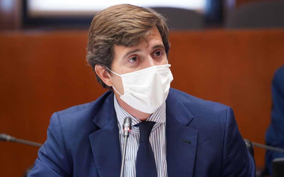 El diputado popular, Ramón Celma, ha sido el encargado de preguntar al ejecutivo sobre los problemas de la ganadería extensiva. PP
